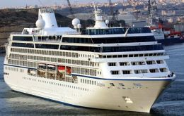 "The first international cruise, ""Insignia"" is scheduled to arrive at Punta Arenas on 29 October with 1.084 passengers"