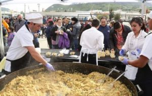 Huge pans were distributed in downtown and paella portions distributed among attendants following the end of the parade