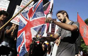 During the protest a group burned two Union Jack flags and harshly criticized president Macri's efforts to strengthen ties with PMr Theresa May's administration.
