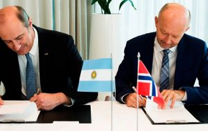 YPF CEO Ricardo Darre and Statoil Exploration vice president Tim Dodson sign the agreement in Oslo