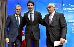 Canadian PM Justin Trudeau (C) signed the treaty along with heads of EU institutions, a step that should enable a provisional implementation of the pact early in 2017.