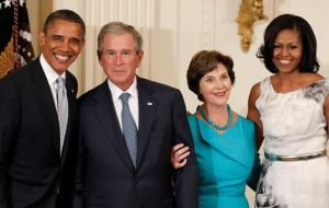 In 2008, President George Bush and his wife, Laura, and the Obamas posed in front of the White House in their first joint visit. This time was not the case