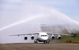 The first symbolic flight with a BAE 146-200 lands in Ushuaia and is received with the friendly arch of rain at the airport
