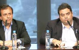 Mario Quintana and Jorge Triaca address the press after reaching agreement with businessmen and union leaders