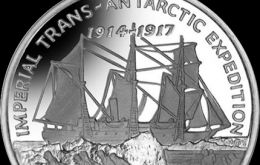 The reverse design shows the tall ship Endurance stuck in the ice in the background, with the crew pulling the sled on the ice pack in the foreground.