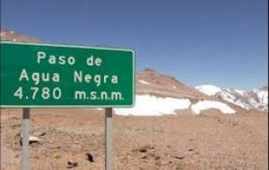 The current Agua Negra pass, 4,780ms above sea level, is used by 10,500 vehicles a year, does not handle freight and from May to October it is closed because of snow.