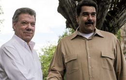 Venezuelan President Nicolas Maduro (right) spoke with his Colombian counterpart Juan Manuel Santos (left) before deciding to reopen the border