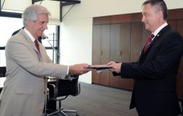 President Vázquez (L) receives the diplomatic credentials from Ambassador Ian Duddy