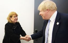 The Argentine minister shakes hands with foreign secretary Boris Johnson, according to the pic posted in the ministry site