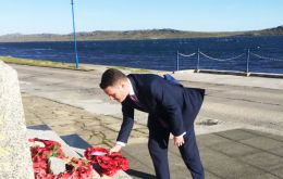 MP Wes Streeting lays a wreath at the Liberation Monument in Stanley