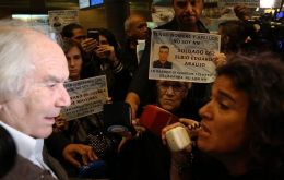 "Malvinas Families strongly protested at Aeroparque arguing ""this travelling party does not represent us"" and accused them of wanting to politicize the Malvinas issue"