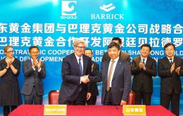 Barrick's CEO John Thornton and Shandong chairman Chen Yumin during the ceremony that closed the deal  (Pic by Barrick Gold Corporation)