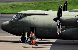 RAF Hercules C130 885 at the Porto Alegre airport last Saturday when it landed for refueling. The photos were taken by Zero Hora reporter Fernando Gomes