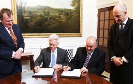 The agreement signed in London by Alan Duncan and Villagra Delgado. Standing are ambassadors in London and Buenos Aires, Carlos Sersale and Mark Kent