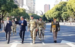 The ex combatants were invited to the parade by Defense minister Julio Martinez, in a repeat of last year's 9 July 200th anniversary of Argentine independence.