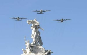 "Veterans paraded singing the ""Malvinas March"", while overhead Hercules C130, Pucara turbo fighters and A/4 Skyhawks crossed the sky of Buenos Aires."