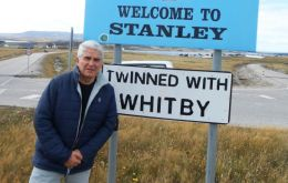 Argentine retired diplomat Viñuela during his recent visit to the Falkland Islands.(Pic Los Andes)
