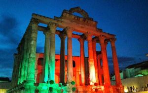 Athens' Parthenon in solidarity with Portugal. A large-scale tragedy felt all over Europe.