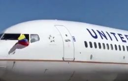 The captain of United's last flight pulled a Venezuelan flag out of the cockpit window during pushback at Maiquetia airport as workers bid farewell to yet another company.