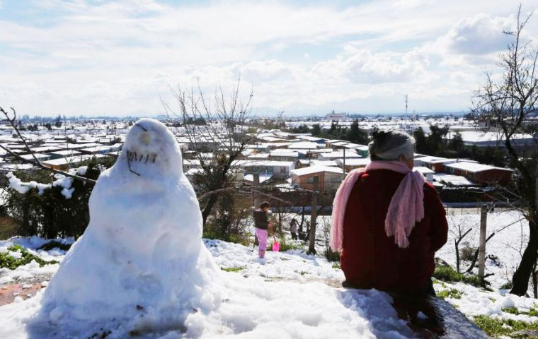 The biggest snow blanket in decades, some forty centimeters deep, had many Santiago residents making snowmen and tossing snowballs