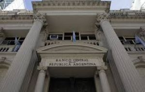 The Central bank intervened on Monday with US$ 165 million to keep the exchange rate below 18 Pesos to the US dollar
