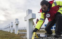 Member of the ICRC team at the Argentine cemetery (Pic: ICRC)