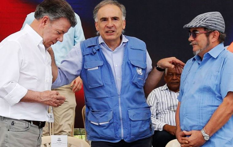 Jean Arnault, U.N. representative for the Colombian peace process, center, talks to Colombia's President Juan Manuel Santos, left, and Rodrigo Londoño, the top commander of the FARC (Pic UN)