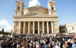 The crowd applauded when the coffin with Daphne Caruana Galizia arrived at the church in Mosta. She was known for her blog accusing politicians of corruption.