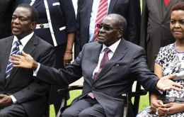 Dictator Mugabe, his powerful wife Grace Mugabe and the recently fired ex vice-president Mnangagwa, at the heart of the succession dispute