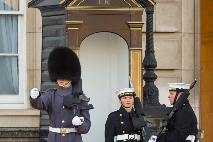 queen guards show buckingham palace
