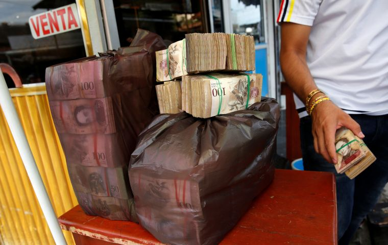 Cash is not available at Venezuelan banks in sums exceeding 10,000 Bs, (the price of 2 eggs), and usually in banknotes of 20 to 100 Bs.