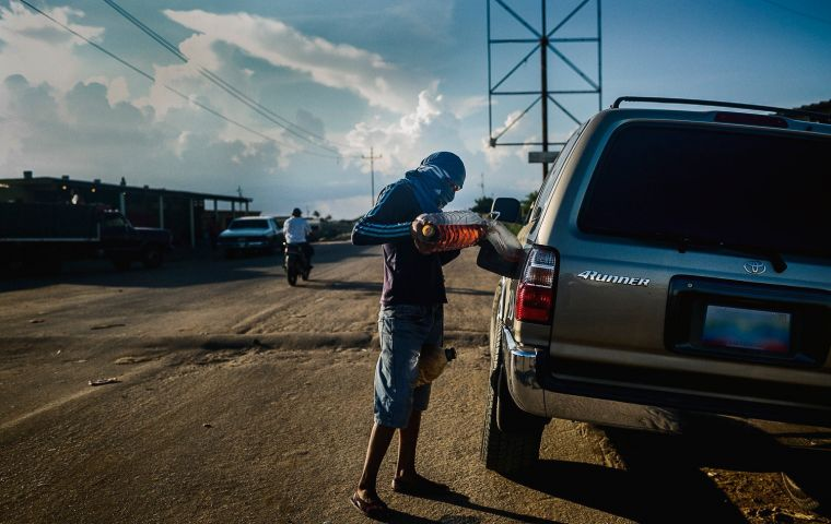 Usually the smugglers sell 20 liters at a price of 1,600,000 Bs –or more-, which is equivalent to 3 and a half minimum salaries approximately. Photo: Santi Donaire