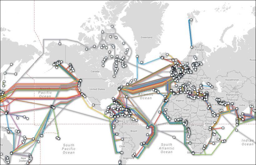 Docenas de cables de fibra óptica abarcan todo el mundo y la OTAN también tiene cables militares dedicados en el fondo del océano.