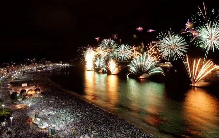 Cariocas and tourists of all ages had the opportunity to enjoy a seventeen minute pyrotechnic spectacle and an eclectic line-up with ten musical attractions