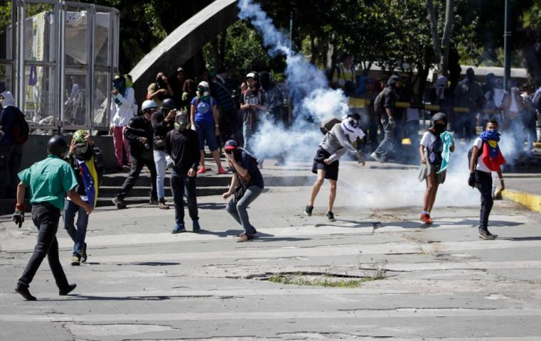 The clashes continued during the afternoon between the Bolivarian National Guard and hooded demonstrators. Photo: Vanessa Tarantino