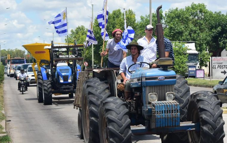 Following the meeting with president Vazquez, farmers doubled their marches and anticipated the huge meeting scheduled for Tuesday in Durazno.
