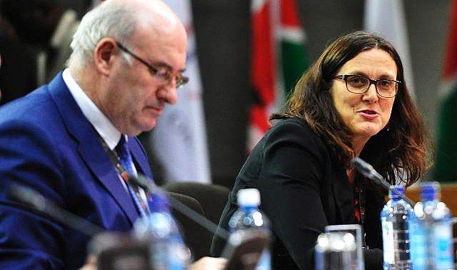 El comisionado de Agricultura Phil Hogan se está resistiendo firmemente a una cifra más alta, pero la comisionada de Comercio Cecilia Malmström está dispuesta a ir más allá de las 100,000 toneladas