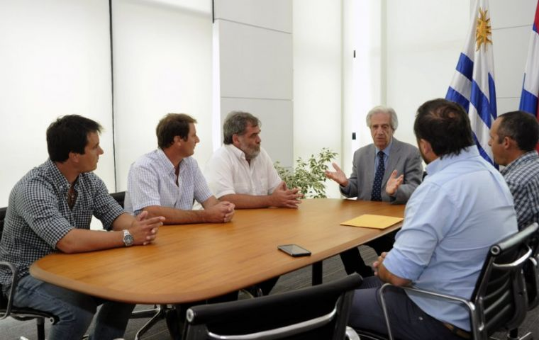 Tabare Vazquez out of agenda met with the un-convened protesting farmers. (Pic El Observador)