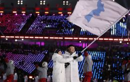 The almost 150 athletes from both countries went around the stadium behind a unifying flag with the map of the peninsula in blue on a white background.