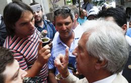 President Vazquez is hounded by dissident farmers complaining for not having been invited to the first round of talks with government officials (Pic El Observa)