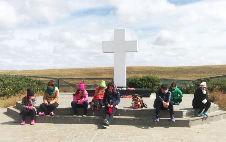 A group of youngsters from Balcarce has made use of their visit to the Falklands to photograph some of the graves at the Darwin cemetery (Pic Fundacion No me Olvides)