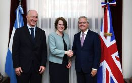 UK ambassador in Argentina, Mark Kent, Foreign Office officer Kara Owen and Enrique Pinedo, head of the Argentine Senate (Pic Clarin)