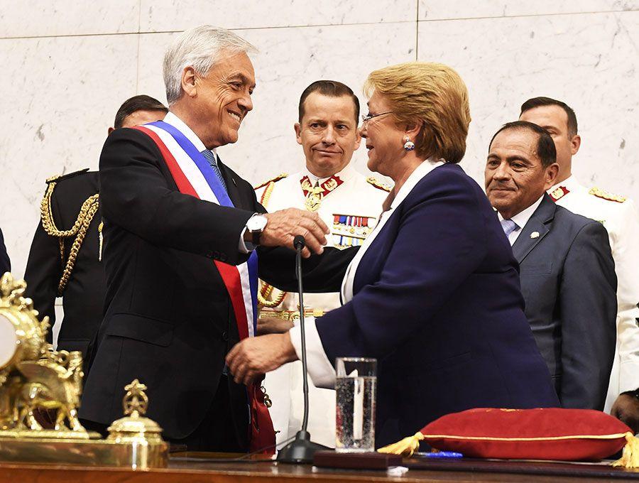 Una emocional Bachelet ayudó a Piñera a ponerse el cinturón de la oficina, le dio un beso y luego abandonó el Congreso con miembros de su gobierno.  (Fotos Chile gov)