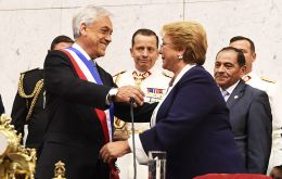 An emotional Bachelet helped Piñera put on the sash of office, gave him a kiss and then left the Congress with members of her government. (Pics Chile gov)