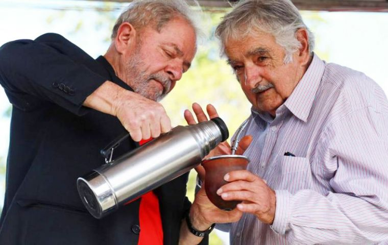 Meeting with Mujica in the border town of Livramento was not that successful as expected. Again he was received by anti-Lula groups  (Pic AFP)
