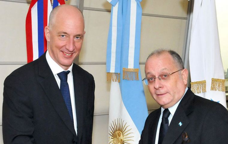 Minister Faurie has held a round of talks with UK ambassador in Argentina, Mark Kent (L)
