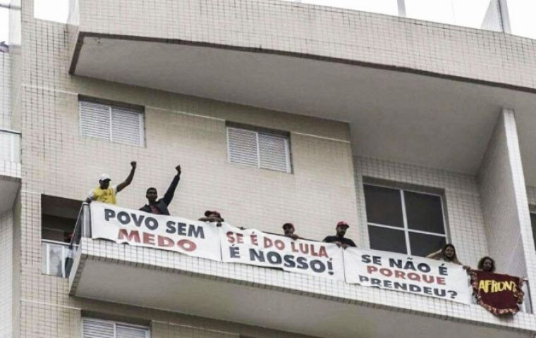 About 30 members of the Homeless Workers' Movement got into the triplex apartment in Guaruja, hanging placards from the balcony in support of Lula.