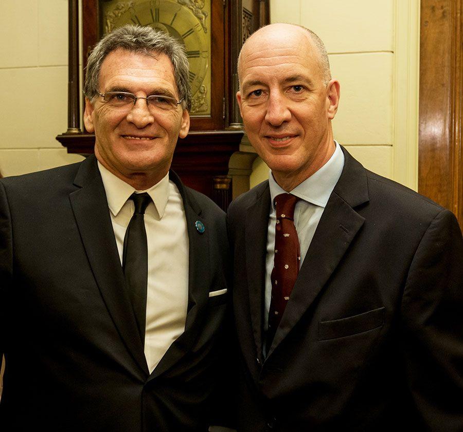El Embajador Kent con el Secretario de Derechos Humanos, Claudio Avruj, quien viajó al cementerio militar argentino Darwin