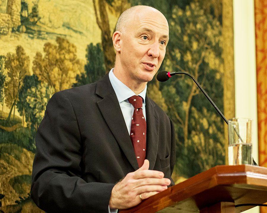 El embajador Mark Kent se dirige a los más de 800 invitados en la embajada del Reino Unido para celebrar el 92º aniversario de la reina Isabel