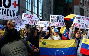 Around a hundred Venezuelan and Uruguayan protesters shouted slogans from the police fence that separated them from the consular headquarters. (Photo: Sebastián Astorga)